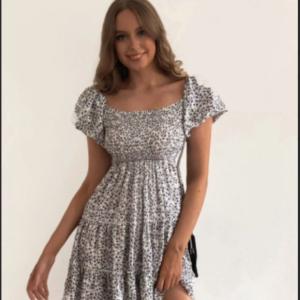 Φόρεμα με μικρά λουλουδάκια φούσκα μανίκι.